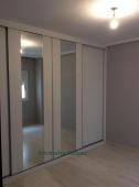 Armario minimalista. lino blanco y espejos